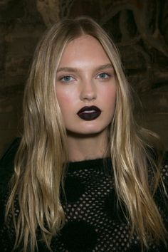 The natural hair at Emanuel Ungaro was given a 'glunge' makeover thanks to a statement blackberry lip. Wow! Makeup artist Lucia Pieroni was behind the look using MAC.   - Cosmopolitan.co.uk