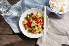 Recept voor chinese mie voor 4 personen. Met olijfolie, kipfilet, rode paprika, ui, knoflook, rode peper, ketjap manis, sojasaus, bosui, champignon en Chinese mie