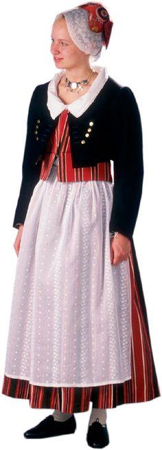 Askolan naisen kansallispuku. Kuva © Suomen kansallispukuneuvosto, Timo Ripatti 1991