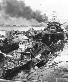 Bombardementen op Pearl Harbor, Japan had een verbond met Duitsland. Japan voelde zich bedreigd door Amerika, dus bombardeerden ze onverwachts Pearl Harbor, de belangrijke Amerikaanse haven. Dit deden ze vanuit de lucht. Hierna verklaarde Duitsland de oorlog aan Amerika. Wij hebben deze foto gekozen, omdat hier wordt laten zien dat de haven werd gebombardeerd en alle schepen werden vernietigd.