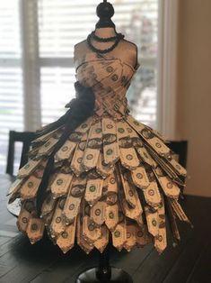 Money dress Money dress The post Money dress appeared first on Spardose ideen. Money Cake, Money Lei, Money Origami, Origami Paper, Oragami, Origami Dress, Dollar Origami, Creative Money Gifts, Money Gifting
