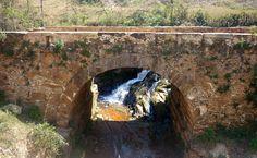Ruínas de ponte da Estrada Real, do tempo do Brasil - Colônia, na Estrada Real que fazia ligação entre Ouro Preto (na época Villa Rica) em Minas Gerais, e Paraty, no estado do Rio de Janeiro. MATRAQUEANDO