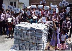 """""""Muchas gracias International School Peniscola"""", se puede leer en carteles que muestran los pequeños de la pequeña escuela del nivel 5 de Katmandu junto a miles de libretas que utilizarán este curso para aprender inglés. TDHF (The Direct Help Foundation) ha agradecido a #ColegiosISP su vertiente solidaria ya que gracias a los fondos recaudados en la #JornadaSolidariaISP del pasado mes de diciembre se pudieron imprimir las libretas de inglés que utilizan estos niños en su día a día. Para…"""
