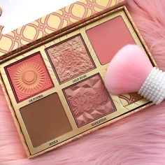 Heres a close up of my new fave blush palette - @benefitcosmetics Blush Bar! It has their cult classic Hoola Bronzer and 4 blushes including their new shade Gold Rush which is stunning! Part of me doesnt want to touch this palette and just wants to go buy singles of everything now to use instead  The little kabuki is from Forever 21  . . . . . . #makeup #makeuplover #makeupjunkie #makeupaddict #beauty #makeupblogger #beautyblog #flatlay #slave2beauty #pink #gold #instamakeup #makeupflatlay…
