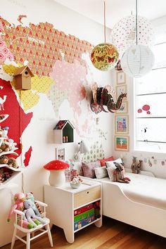 Je kent het wel: je hebt de muur opnieuw behangen, maar de rol is nog lang niet op. Zonde! Gelukkig zijn er genoeg creatieve manieren om de restjes op te maken.