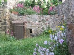 La grande cour du Gîte vigneron de Montaigut Le Blanc - Puy de Dôme (Auvergne)