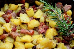 Tepsis hús recept: Ez egy olyan tepsis hús recept, amit elővehetünk egy rohanós napon, amikor nincs időnk a tűzhely fölött ácsorogni, mégis szeretnénk valami finomságot tenni az asztalra. Egy ízletes tepsis hús recept következik, ami az én nagy kedvencem a takarítós napokon. :) Hungarian Recipes, Hawaiian Pizza, Fruit Salad, Food Hacks, Beef Recipes, Potato Salad, Macaroni And Cheese, Bacon, Food Porn