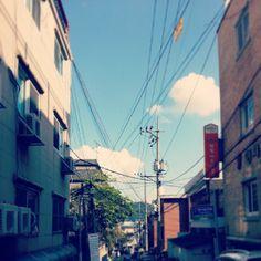 .@bearealthing | #가을#하늘#풍경#청파동#골목#autumn#sky#skyblue#cloud#beautiful#weather#dailyl... | Webstagram