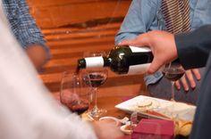 ¿Quieres hacer vibrar tus sentidos? Ven,degusta y  sorpréndete con nuestras catas de vino los fines de semana.