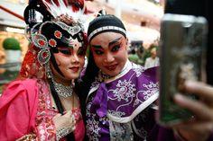 חברי האופרה הסינית לפני הופעה במרכז קניות בבנגקוק, תאילנד, 4 בפברואר 2016