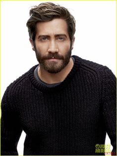 Jake Gyllenhaal with a beard. Am I the only one that instantly started sweating upon looking at this man?