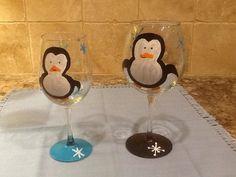 Dos copas de vino pintados a mano por TheUglySlipper en Etsy