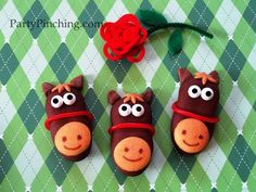 Adorable Derby Horse Cookies, super easy to make and add a festive touch to any table! @Party Pinching #Derby #Cookies