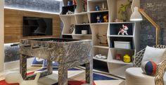 A designer de interiores Patrícia Pasquini assina o Quarto do Menino da Casa Cor São Paulo 2015. Em uma área de 40 m2,  os bonecos de super-heróis foram colocados em nichos e estantes.