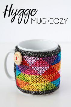 Hygge mug cozy - free cross stitched crochet pattern in English or Dutch by Kirsten of Haak maar Raak Crochet Mug Cozy, Love Crochet, Crochet Gifts, Learn To Crochet, Crochet 101, Crochet Tools, Rainbow Crochet, Crochet Ideas, Crochet Diagram
