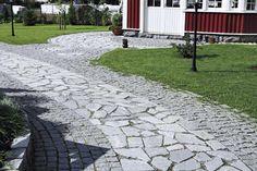Vuolukiviset antiikkikivet ja  graniittiset harmaat noppakivet.