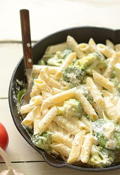 Recipe for pasta in a white-green sauce (with broccoli and spinach) - Yummy . Pasta Recipes, Diet Recipes, Vegetarian Recipes, Cooking Recipes, Healthy Recipes, Food Inspiration, Good Food, Food And Drink, Healthy Eating