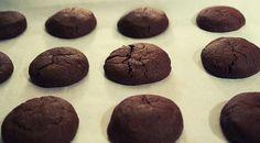 Low Carb Rezept für zuckerfreie Low-Carb Protein Schoko-Kekse. Wenig Kohlenhydrate und einfach zum Nachkochen. Super für Diät/zum Abnehmen.