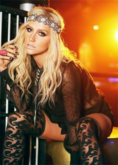 Kesha blonde hair nose ring eye makeup