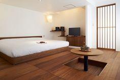 チーク材の床、漆喰の壁と美しい障子。伝統的なJAPANスタイルとモダンなインテリアデザインで、スッキリとして落ち着いたお部屋です。
