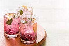 Que tal aprender a fazer um belo drink para relaxar antes do jantar? Conheça o Gin Tônica de Amora: http://www.casadevalentina.com.br/blog/materia/gin-t-nica-de-amora.html #receita #recipes #drink #casadevalentina