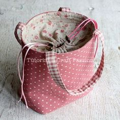 Bento bag with drawstring closure box bag no rim. Free pattern and tutorial to sew a lunch box bag with drawstring cover. The cover prevent the contents from falling out. Great to carry an on-the-go small craft project. Sewing Tutorials, Sewing Crafts, Sewing Projects, Sewing Patterns, Purse Patterns Free, Bag Quilt, Pochette Diy, Sac Lunch, Box Bag