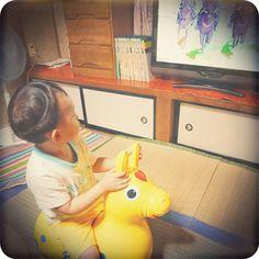 Instagram media tabobobo - 馬に乗った戦闘シーンになると、ロディを持ち出して参戦する息子(笑) #2歳1ヶ月 #親ばか部 #ロディ#馬 #もののけ姫 #アシタカ #アシタカかっこよすぎ #アシタカ永遠のアイドル