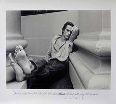 L'œuvre poétique de Duane Michals, célèbre pour ses séries existentielles, est ponctuée de portraits, réalisées aussi bien dans le cadre de commandes que dans son exploration personnelle du genre. Toutefois, ils demeurent une minorité, publiés ici et là dans ses livres ou dans les pages de magazines lui rendant hommage. L'exposition qui est en ce moment à découvrir à la DC Moore Gallery, à New York, revient sur cette facette moins évidente de l'Américain au travers d'une large sélection de…