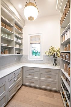 Farmhouse Kitchen Pantry Inspiration - Farmhouse Kitchen Pantry Inspiration The Best Farmhouse Pantry Inspiration – A huge collection of beautifully organized farmhouse pantries that are classic yet completely on-trend with modern farmhouse touches. Kitchen Pantry Design, New Kitchen, Kitchen Storage, Kitchen Decor, Kitchen Pantries, Kitchen With Pantry, Pantry Shelving, Walk In Pantry, Open Pantry