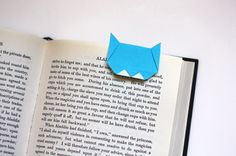 Origami cat bookmark. When the book is closed, the little ears poke out. super cute