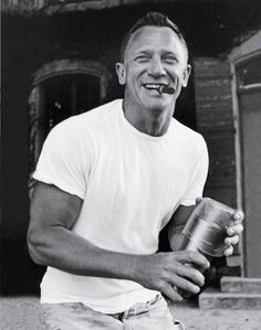 James Bond Daniel Craig with a cigar and improvised cocktail shaker Cigars And Whiskey, Good Cigars, Artiste Martial, Famous Cigars, Daniel Craig James Bond, Craig 007, Daniel Craig Style, Craig Bond, Cigar Smoking