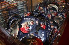 Botones publicitarios con la imagen del candidato presidencial del partido republicano, Mitt Romney, y su esposa se exhiben hoy, martes 6 de noviembre de 2012, en una tienda de recuerdos en Washington (EE.UU.).
