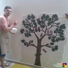 Joe & Romio mosaicos © Direitos Reservados. Bonito painel de mosaico feito pelo avesso (sobre superfície que parece papel colante, contact ou o próprio para mosaico). Acho legal o contorno irregular do painel na parede.