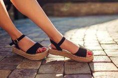 Χαλαρωμένα μάγουλα: 4 τρόποι σύσφιξης - Με Υγεία Spring Sandals, Summer Shoes, Tory Burch Sandalen, Trendy Sandals, Black Sandals, Wedge Flip Flops, Buy Shoes, Wearing Black, Comfortable Shoes
