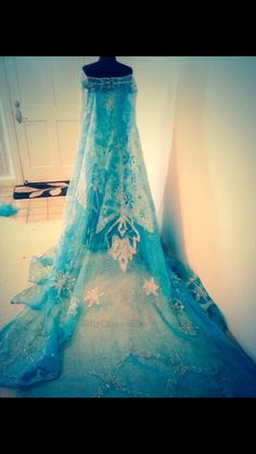 Queen Elsa's dress Disneys frozen>>> WANT! I want to be Elsa for Halloween this year! That's what I'm gonna do! Frozen Dress, Elsa Dress, Disney Princess Dresses, Disney Dresses, Frozen Party, Frozen Birthday, Frozen Theme, Frozen Wedding Theme, Prom Dresses Blue