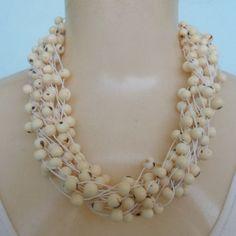 Maxi colar feito com sementes de açaí branco. R$ 25,00