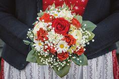 Der Brautstrauß gehört zu jeder Hochzeitsfotografie dazu, ist er doch ein wichtiges Symbol und Accessoire. Dieser hier, von meiner letzten Hochzeit, gefällt mir auch wieder sehr gut. Er passt auch super zum Brautoutfit im Hintergrund. Sehr schönes Farbschema. #brautstrauß #taulightmedia Super, Floral Wreath, Wreaths, Table Decorations, Home Decor, Color Script, Wedding Photography, Nice Asses, Floral Crown
