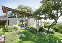 Ted Flato and Karla Greer of Lake Flato Architects devised Hillside House, a two-story home partially submerged in its steep plot in Austin, Texas. Design Exterior, Modern Exterior, Architectural Digest, Haus Am Hang, Lake Flato, Houses In Austin, Austin House, Hillside House, Texas Homes