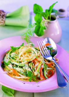 Gesundes, das schmeckt? Der beste Beweis: Unsere Vollkornspaghetti mit frischen Karotten, Knollensellerie und Zucchini. Da darf es ruhig auch ein Nachschlag sein! Mit QimiQ Saucenbasis erreichst du im Handumdrehen eine sämige Konsistenz. Zucchini, Yummy Food, Ethnic Recipes, Carrots, Light Appetizers, Fresh, Summer Recipes, Delicious Food, Good Food