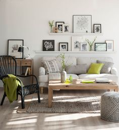 00433241 Ob. Baldas con cuadros sobre un sofá