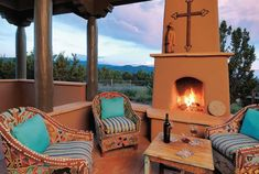 Santa Fe Style patio with pops of turquoise. Santa Fe Style is subdued with an unexpected bit of color that attracts the eye. Less is more when it comes to Santa Fe Style with a big accent on comfort. Southwestern Home Decor, Southwestern Decorating, Southwest Style, Southwest Decor Santa Fe, Southwest Usa, New Mexico Style, New Mexico Homes, Mexico House, Outdoor Rooms