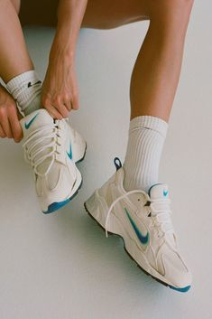 Emily Oberg Sneaker Outfits, Nike Outfits, Converse Sneaker, Puma Sneaker, Sneakers Mode, Air Max Sneakers, Socks Outfit, Sneak Attack, Sock Shoes