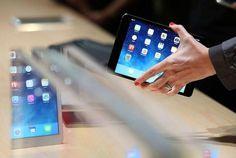 Un-asistente-ve-en-el-nuevo-iPad-Mini-durante-una-Apple-anuncio-768x516