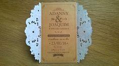 Convite de casamento confecionado em papel Kraft e renda Doily. <br>Estilo rústico e romântico, ideal para casamentos no campo. <br> <br>Tamanho: 20 x 12 cm <br>Incluso Tag com nome dos convidados e Convites individuais.