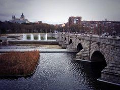 La postal de la semana: el día que atravesé andando el puente más antiguo de Madrid http://www.secretosdemadrid.es/la-postal-de-la-semana-el-puente-de-segovia/ …