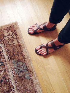 Mode Masculine, Mens Fashion Shoes, Men's Fashion, Leather Sandals Flat, Flat Sandals, Estilo Hippy, Pretty Sandals, Barefoot Men, Male Fashion Trends