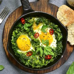 Ein Rezept für grünes Shakshuka. Im Gegensatz zum Original wird hier auf Spinat statt Tomaten gesetzt. Mit Feta einfach nur ein Traum!