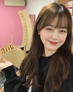 Let Me Explain - I'm a girl writing an article. Brown Hair Bangs, Long Hair With Bangs, Haircuts With Bangs, Korean Bangs Hairstyle, Korean Haircut, Korean Hairstyles, Hairstyle Ideas, Brown Hair Korean, Medium Straight Haircut