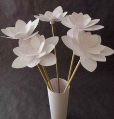 un modèle de fleur des ciseaux de la colle et des batons en bois et voila une super déco!
