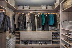 Dieser Schrank bietet mit verschiedenen hübschen Körbe oben die Regale und hängenden Stangen eine große Menge an Speicherplatz.